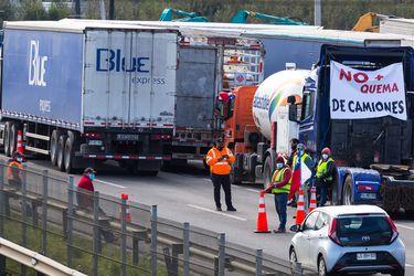 Camioneros bloquean Ruta 5 en la Región del Biobío en rechazo a hechos de violencia que han afectado a los transportistas