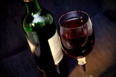 Malbec para los argentinos, cabernet para los chilenos: académico Usach obtiene importante premio por libro que relata la historia del vino en el cono sur