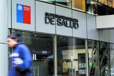 Regulador permite a isapres usar garantías para saldar deuda de licencias médicas con el Estado