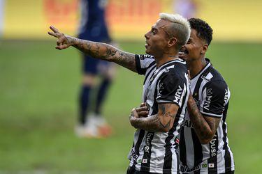 Gol, asistencia y expulsión para Eduardo Vargas en un triunfo clave del Atlético Mineiro