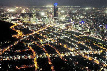 Casi 14 horas sin luz pasaron en promedio los hogares chilenos durante el año pasado