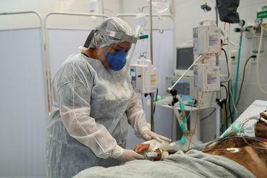 Brasil roza los 14 millones de casos de coronavirus mientras variante local acelera la intubación de pacientes