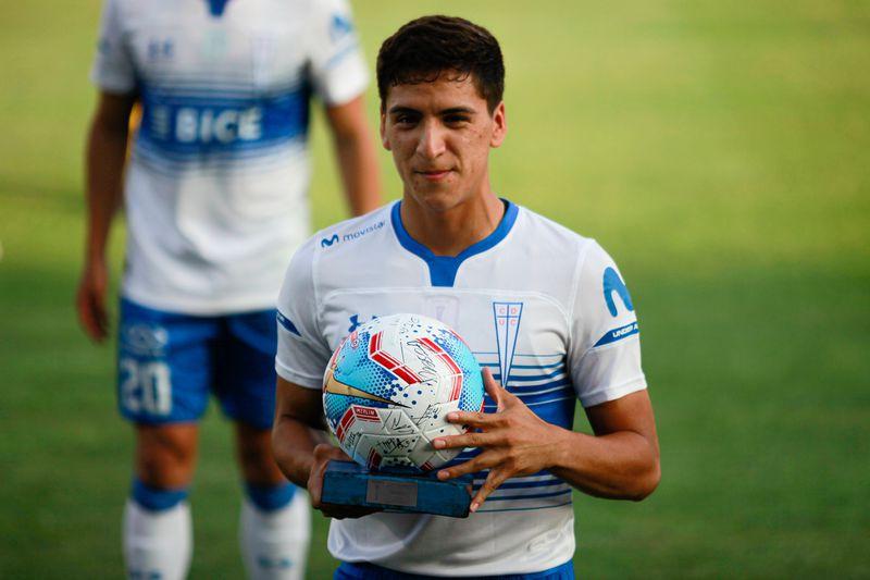 Marcelino Núñez es premiado en San Carlos de Apoquindo, por haber anotado su primer gol con la UC en el Torneo Nacional, ante Huachipato.