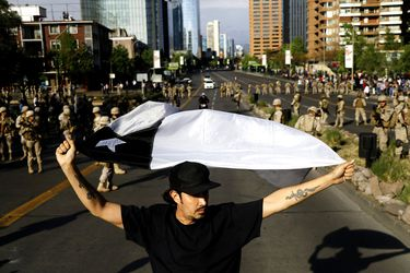 Militares cortan Av Apoquindo debido a marcha