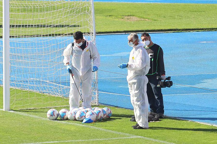 Las duchas vuelven al fútbol chileno: la ANFP suaviza los protocolos Covid  - La Tercera