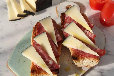 Prepara este sabroso y sencillo pan con tomate