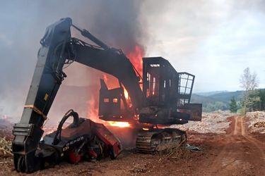 Encapuchados armados queman 4 máquinas agrícolas, 3 camiones y 3 camionetas en faena forestal de La Araucanía