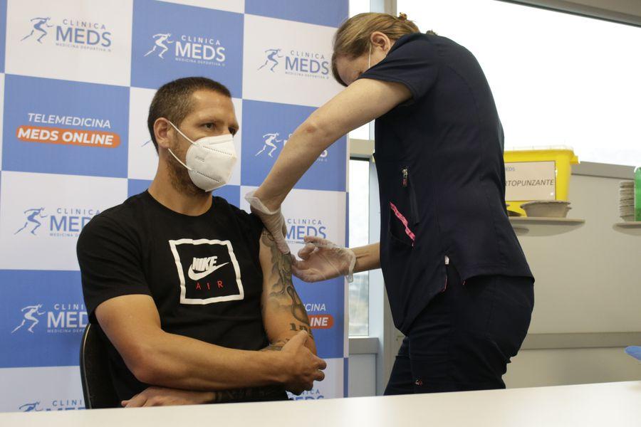 Luciano Aued, volante de Universidad Católica, fue vacunado contra el Covid-19 en mayo. Los cruzados fueron el primer equipo chileno en inocularse.