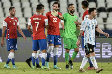 Chile aguantó los embates de Argentina y rescató un punto en su debut en la Copa América.