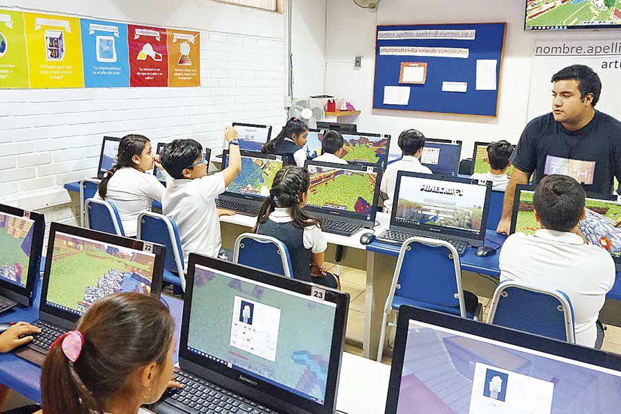 Alumnos de educación básica del Colegio Arturo Matte en clases de programación.