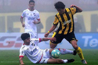 Christian Bravo ve desde el banco el empate entre Nacional y Peñarol
