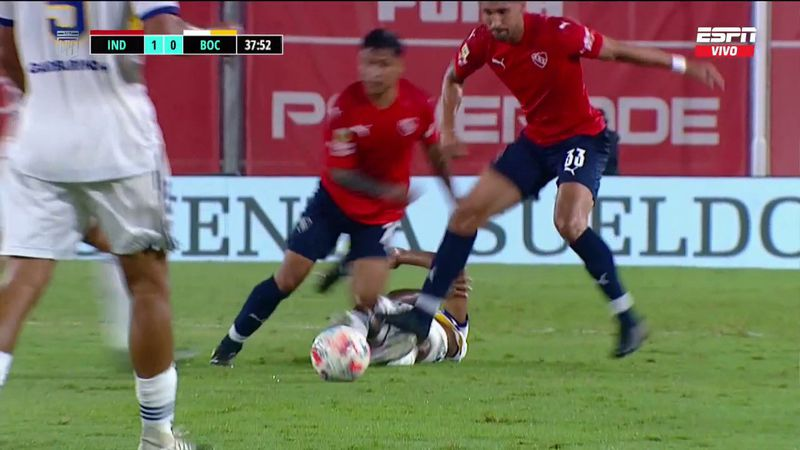 Juan Manuel Insaurralde golpea al delantero de Boca Juniors Sebastián Villa.