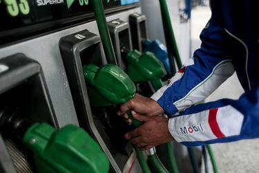 Chile tiene los impuestos más altos de la región para las bencinas, pero unos de los más bajos entre los países de la Ocde