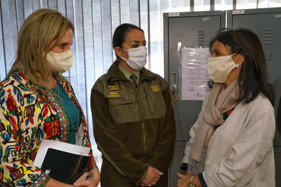 Ministra Santelices junto a la generala Berta Robles.