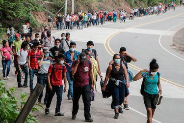 Migrantes hondureños inician una larga marcha hacia Estados Unidos