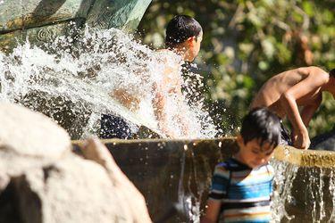 Los niños se refrescaron en la Fuente Alemana de Santiago.