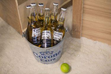 La cerveza Corona no ha podido escapar a la asociación con el coronavirus y acción se desploma