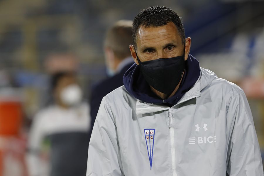 El estilo defensivo de Gustavo Poyet aún no convence al plantel de la UC.