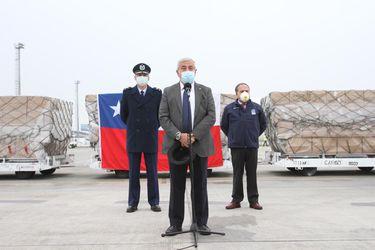 Mañalich recibe 30 toneladas de insumos médicos y asegura que ahora no hay limitaciones para traer al país este tipo de equipamiento