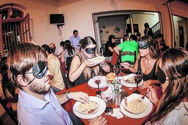 Cena a ciegas: Comer con cuatro sentidos