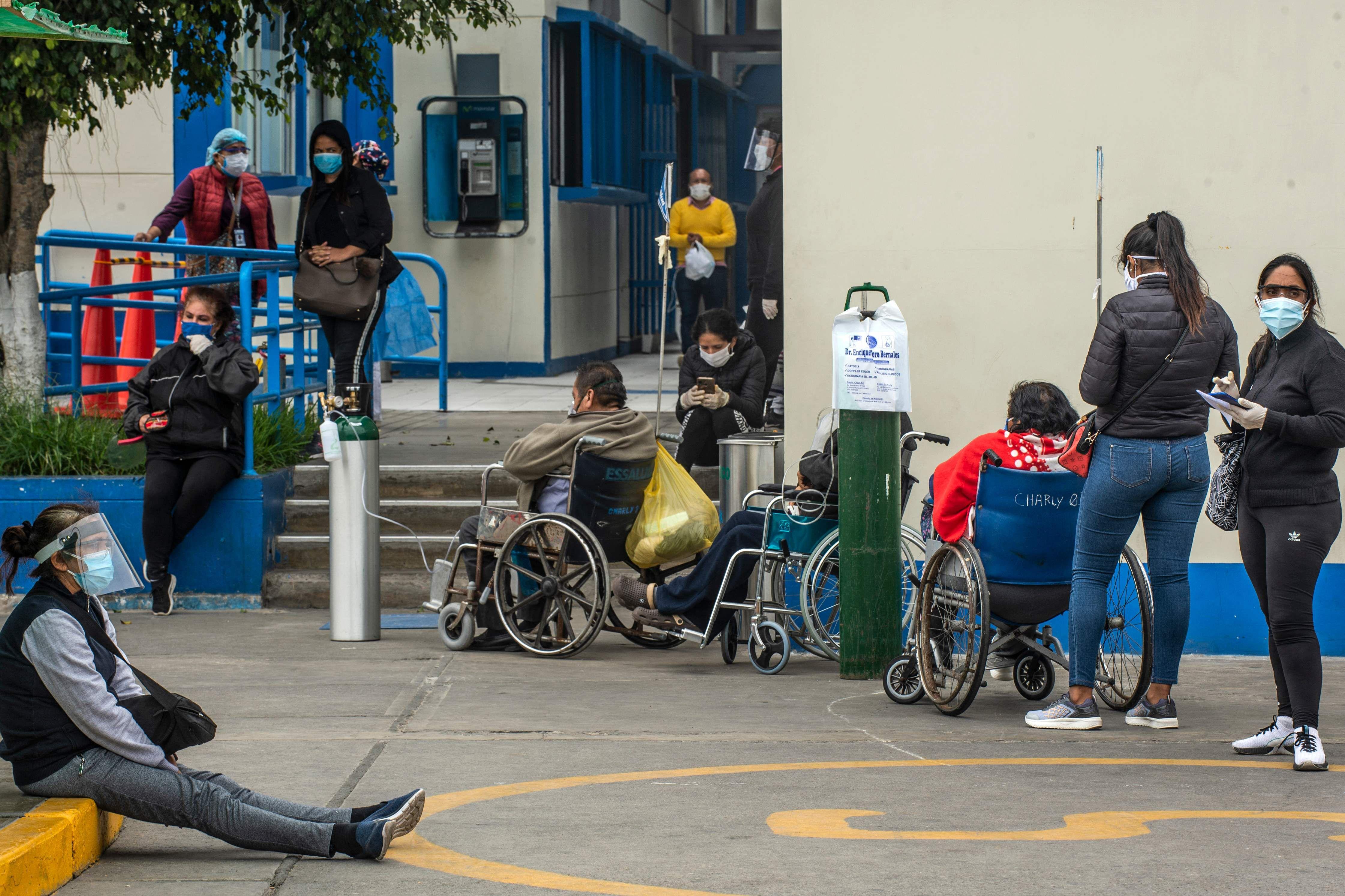 Peruanos hacen fila a la espera de recibir atención médica durante la primera ola de la pandemia, en Lima. Foto: AFP