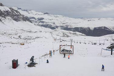 Centros de esquí anticipan término de la temporada por falta de nieve: en la RM ya hay fecha de cierre