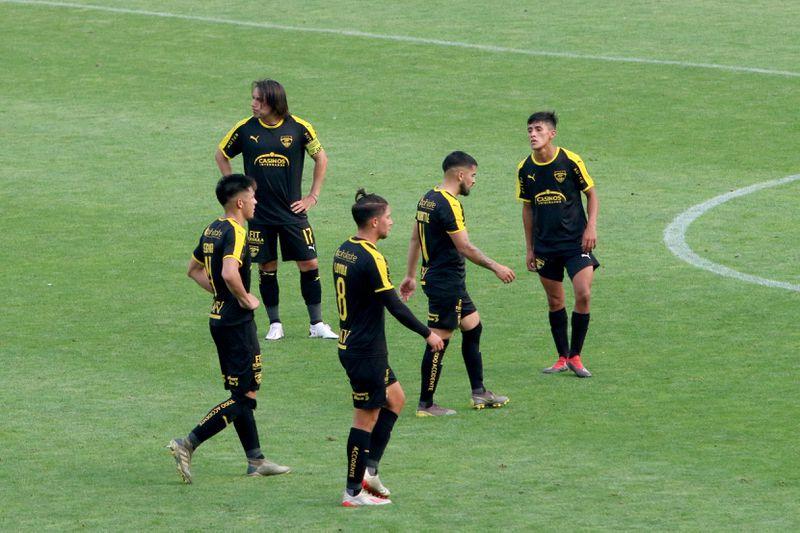 Los jugadores de Fernández Vial, durante un partido correspondiente a la Segunda División 2020. FOTO: Agencia Uno.