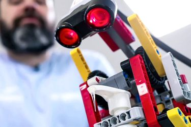 Refugiados sirios crean robot dispensador de alcohol gel con piezas de Lego