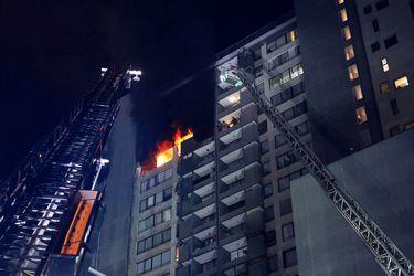 Al menos una mujer lesionada deja incendio que afectó a departamento en piso 20 de edificio en Santiago Centro