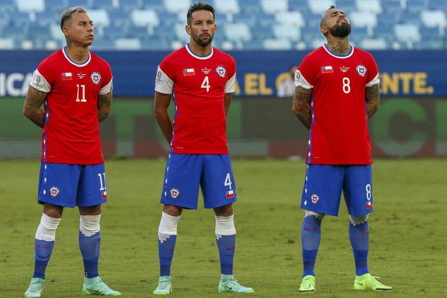 Una bandera chilena estampada cubre el logo de Nike, en la camiseta de la Roja, durante la Copa América de Brasil.