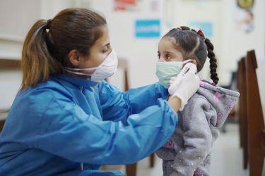 Niños menores de cinco años pueden tener una carga viral hasta 100 veces mayor que los adultos, según estudio