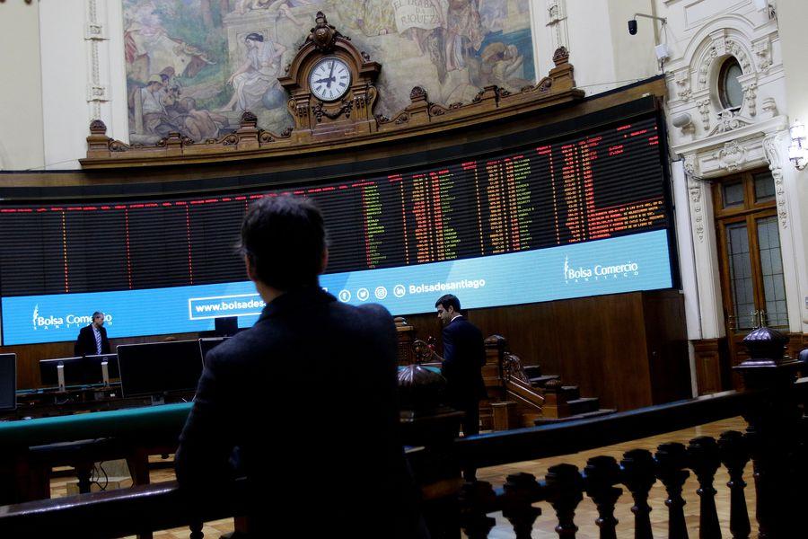 Bolsa de Santiago extiende sus pérdidas tras decisión del gobierno de ampliar las cuarentenas a todas las comunas de la RM