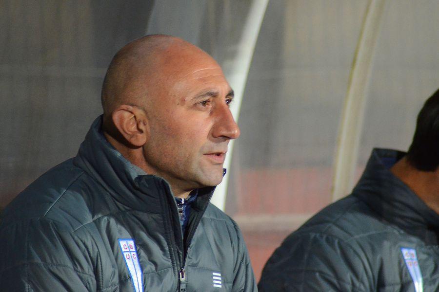 Cristian Paulucci, técnico interino de Universidad Católica, en la banca ante Curicó Unido.