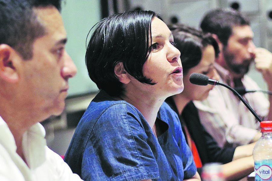 Candidata a la presidencia de Revolución Democrática participa en un conversatorio