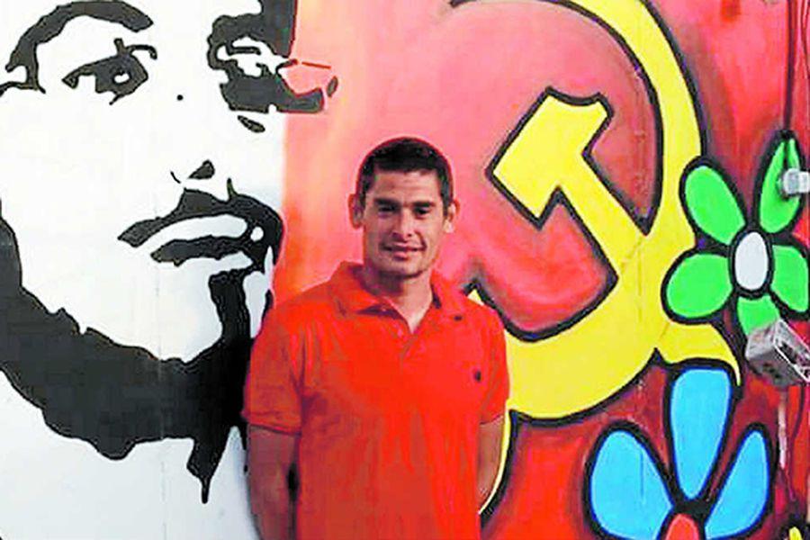 Matías Cano posa frente a un mural de las Juventudes Comunistas, en Quillota.