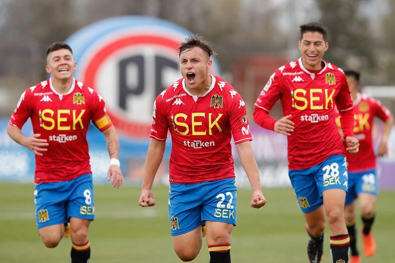 Bastián Yáñez (al centro) celebra su gol frente a Deportes Melipilla.