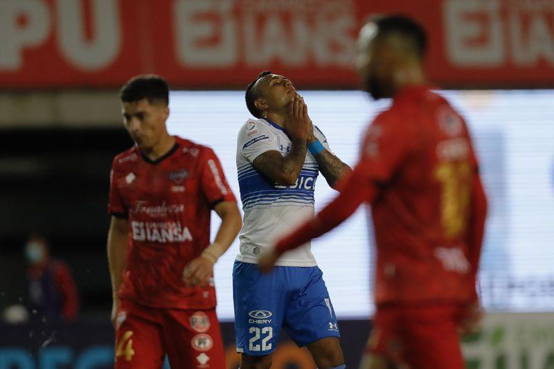 Juan Leiva se lamenta tras su remate que fue enviado al tiro de esquina por Hernán Muñoz, durante el duelo entre la UC y Ñublense. Foto: Agencia Uno.