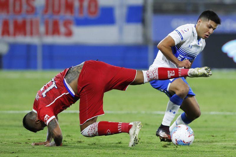 Raimundo Rebolledo disputa la pelota con Juan Leiva, en el empate entre Universidad Católica y Unión La Calera, partido en el que los cruzados se coronaron tricampeones del fútbol chileno, el 10 de febrero pasado.