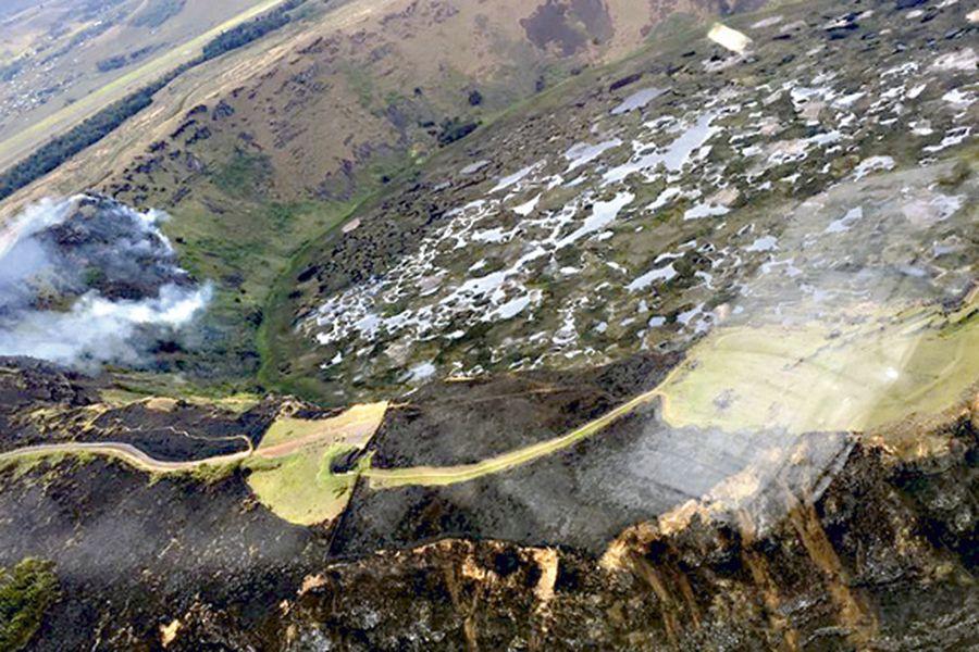 Incendio forestal en el sector del cráter volcánico Rano Kau, Isla de Pascua.