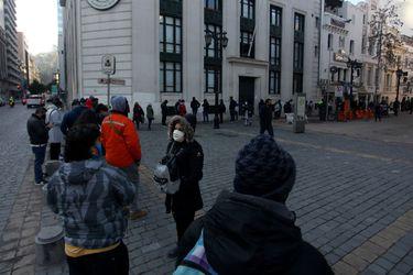 Se registra larga fila afuera de AFP en Santiago Centro