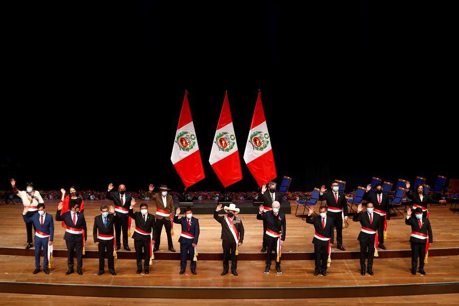Crecen cuestionamientos al gabinete de Pedro Castillo en Perú y la oposición pide cambios - La Tercera