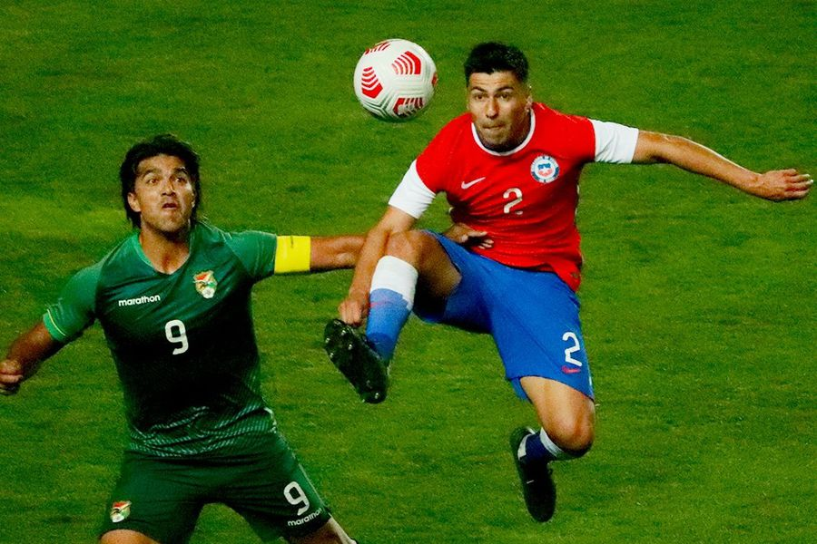 Tomás Alarcón disputa el balón con Marcelo Moreno Martins, en el compromiso ante Bolivia. Foto: @Ohigginsoficial / Twitter.